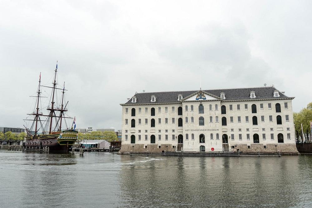 Het Scheepvaartmuseum en de replica van de Amsterdam te Amsterdam