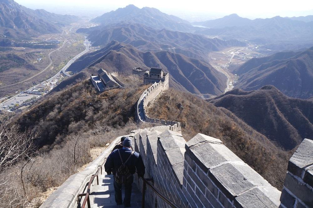 De Chinese Muur slingert zich door het berglandschap