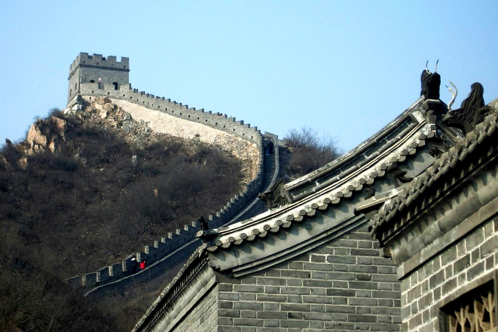 Een gedeelte van de Chinese Muur, waarover mensen wandelen