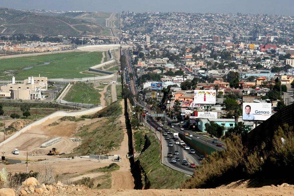 De Mexicaanse stad Tijuana is tot aan het grenshek gebouwd