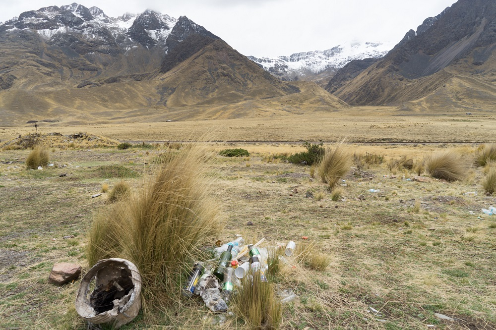Afval bij de busstop op de bergpas La Raya in Peru