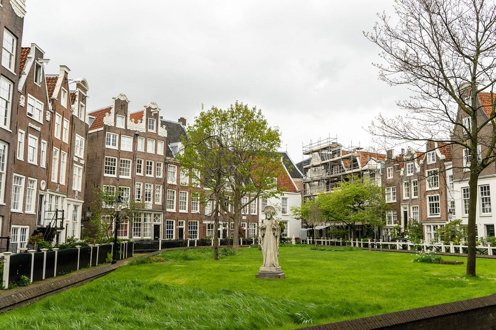Het Begijnhofje met beeld te Amsterdam