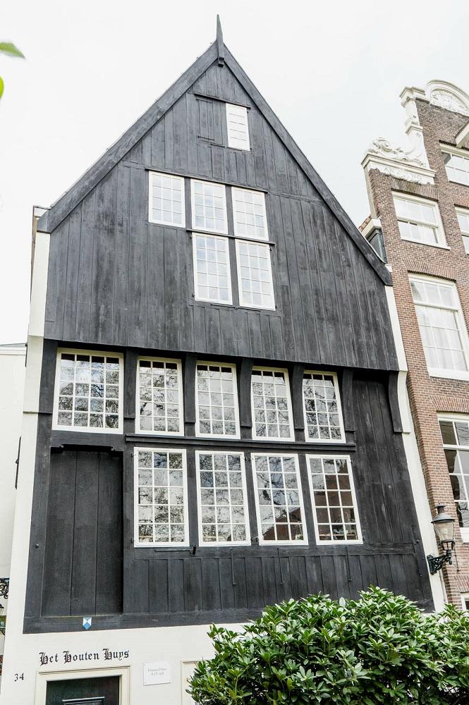 Een houten huis in het Begijnhofje te Amsterdam